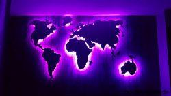 Weltkarte Lila beleuchtet