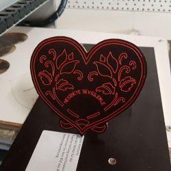 Herz mit Blumen auf Holz